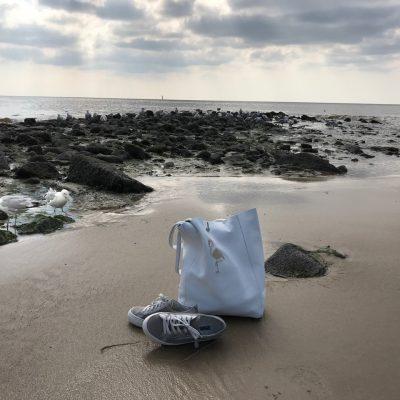 Bestickter Lederbeutel am Strand von Sylt - Jacqueline Grohs